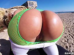 round ass blondie fesser gets banged on the beach